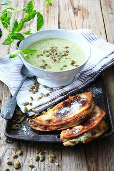 Busenkel och krämig grönsakssoppa som serveras tillsammans med en läcker varm svampmacka.  Soppa: