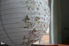 boule en papier chinoise ou japonaise avec fleurs et papillons