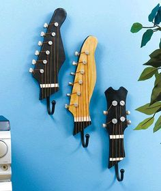 Upcycling is so much fun, people are so creative. Today we have repurposed guitars.how cool, amazing ideas for upcycling and repurposing . Guitar Wall Hooks, Guitar Hanger, Guitar Shelf, Music Themed Rooms, Old Musical Instruments, Music Bedroom, Diy Bedroom, Diy Vintage, Guitar Room