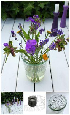 kyllingenet / hønsetråd i vasen så blomsterne lettere kan stå pænt. Idé fra Tina Dalbøges kreative blog - kyllingenet fra Kreahobshop.dk