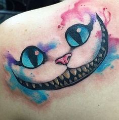 tatuajes del gato de alicia en la espalda