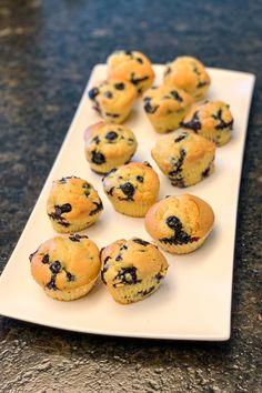 Klein, handlich und groß im Geschmack: Muffins sind die bessere Hälfte zum täglichen Coffee-to-go und heutzutage nicht mehr wegzudenken. Blue Berry Muffins, Blueberry, To Go, Low Carb, Breakfast, Low Sugar Cakes, Chef Recipes, Bakken, Blueberry Crumb Muffins