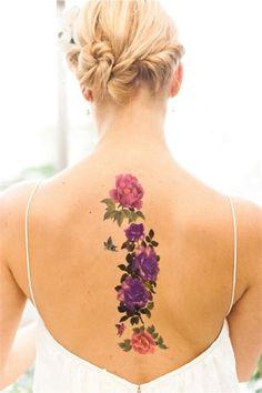 Rücken Tattoo für Frauen, Blumen Motive in Rosa und Lila, kleiner Schmetterling