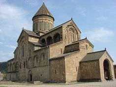 This is the fortified Svetitskhoveli cathedral or 'The Living Pillar Cathedral' built in the century in Mtskheta (Georgia). Cathedral in Caucasus Romanesque Architecture, Religious Architecture, Beautiful Architecture, Swiss House, Temple, Medieval, Georgie, Central And Eastern Europe, Cathedral Church