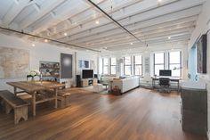 現代風の雰囲気を残すトライベッカのロフト  米ニューヨーク・マンハッタンのトライベッカ地区に建つ4階建てマンションのロフト部分は現代風の雰囲気を保ちながらも、むき出しのままにされた梁(はり)やレンガが産業化のルーツを残している。以前は居住用とアートスタジオに分離されていたが、2007年に一つの物件に改築された。