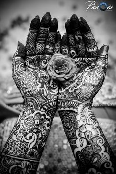 Bridal mehendi portraits look extremely pretty and festive. The mehendi designs are captured exquisitely by the photographer. And yes, we cannot miss out those beautiful floral details captured by Picnova Photography by Chetan Gulati