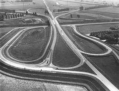 De N375 bij Tweeloo, Meppel, eind jaren '60. De provinciale autoweg S11 vormde de noordoostelijke rondweg om Meppel. Op de achtergrond is de aansluiting op de toen nog enkelbaans rijksweg 32 zichtbaar. Tussen 1987 en 1994 is bij de verdubbeling van de autoweg N32 naar autosnelweg A32 de hele verkeersknoop Tweeloo verbouwd en werd de N375 de autowegstatus ontnomen.