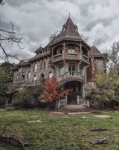 Comment 🎃 or 👻 on this post and Ill share my favorite picture of your page in my stories ! But it must be spooky, abandoned buildings or Halloween related ~ . Photographer unknown, let me know if you know it ! Abandoned Buildings, Abandoned Mansion For Sale, Old Abandoned Houses, Abandoned Castles, Old Buildings, Abandoned Places, Old Houses, Beautiful Architecture, Beautiful Buildings
