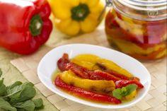 I peperoni sott'olio sono una conserva molto saporita, da preparare con ingredienti freschi e di qualità.