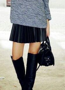 Zwarte plooirok, hoge laarzen, gaaf