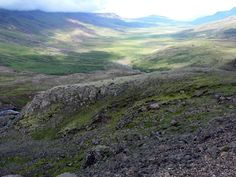 Hrafnkelsdalr das Herrschaftsgebiet des Goden Hrafnkell Freysgoði. Die Saga von Hrafnkell Freysgoði ist gegenüber anderen sicher eine kurze Saga, aber trotzdem gehört sie zu den bedeutendsten der Isländersagas und kann sich durchaus mit so berühmten Werken wie der Njáls saga oder der Grettis saga messen.