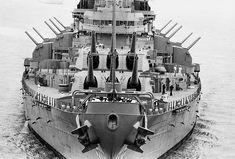 View of the USS New Jersey battleship at the Philadelphia Naval Shipyard. Uss Oklahoma, Model Warships, Us Battleships, Hms Hood, Heavy Cruiser, Go Navy, Navy Military, Military History, Naval History