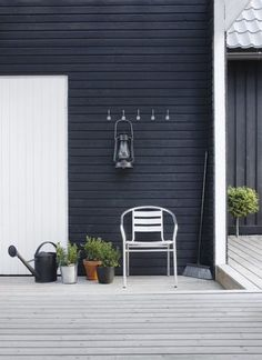 These Stunning Black House Exterior for The Look of House Looks Ghotic will help you create that perfect black house. A black house exterior will definitely give your house that perfect touch of style and boldness. Exterior Colors, Exterior Design, Interior And Exterior, Black House Exterior, Messy House, Dark House, Outdoor Living, Outdoor Decor, House In The Woods