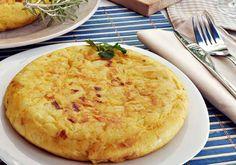 La tortilla de patatas es una comida tradicional en España. Es una parte típica de una comida en España.