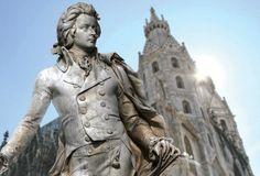 WOLFGANG AMADEUS MOZART. Estátua no memorial Wolfgang Amadeus Mozart no jardim de Burggarten, Viena, Áustria. O monumento foi criado pelo escultor Viktor Tilgner em 1896