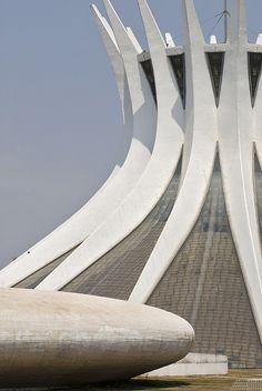 Lugar lindo e uma construção fantástica!  Cathedral of Brasilia   Catedral Metropolitana Nossa Senhora Aparecida by Oscar Niemeyer