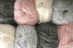 L'hiver est déjà là, les températures sont en baisse et les gros manteaux sont de sortie. L'occasion de commencer ses travaux de tricot pour rester au chaud. Voici quelques vidéos, tutos et bouquins pour vous lancer dans le monde de la maille ! Le tricot est revenu à la mode depuis quelques années : tricoter sa petite [...] Knitting Projects, Sewing Projects, Stitch Patterns, Crochet Patterns, Knitting Stiches, Lana, Tatting, Knit Crochet, Creations