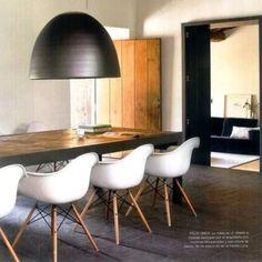 Cadeira Daw, design de Charles Eames. Sala de jantar na Espanha. #design #cadeira #conversa #designdemoveis #furnituredesign #chairdesign #chair #interior #interiores #artes #arts #art #arte #decor #decoração #architecturelover #architecture #arquitetura #design #projetocompartilhar #shareproject #daw #dawchair #eames #charleseames #rayeames #saladejantar #dining #diningroom #espanha #spain