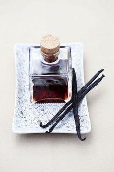 Eau de parfum ayurvedique 10 c. à s. de vodka 2 c. à s.  d'eau de Fleur d'oranger 1 gousses de vanille fendue 5 gouttes d'HE de Néroli 5 gouttes d'HE de Bergamotte 5 gouttes d'HE d'Oranger Amère (petit grain) 5 gouttes d'HE de Géranium Bourbon (ou rosat) 5 gouttes d'HE d'Orange douce 3 gouttes d'HE de Romarin à Verbénone 4 gousses de cardamome 4 clous de Girofle Mélanger les ingrédients. Laisser macérer 2 jours. Ajoutez l'eau de fleur d'oranger. Secouer tout les jours pendant 1 semaine…