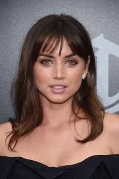 Ana de Armas Medium Wavy Cut with Bangs - Ana de Armas looked oh-so-pretty with her wavy locks and wispy bangs at the premiere of 'Hands of Stone.' #makeupideasmorenas