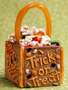 Edible treat bag makes a fun table decoration or take-home gift for a Halloween party. Frosting holds together a graham cracker base and licorice handle. Decorate with piped writing, and fill with popcorn, candy corn and other snacks. Halloween Party Snacks, Halloween Sweets, Theme Halloween, Halloween Goodies, Easy Halloween, Halloween 2013, Halloween Birthday, Halloween Crafts, Fall Recipes