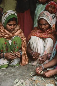 Hand-rolling Indian cigarettes, Gwalior, India, 1984. Eve Arnold