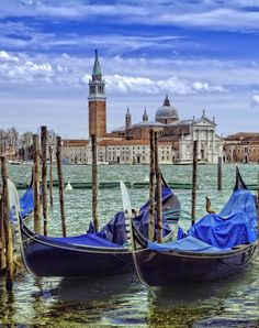 The image of Gondola has become famous all over the world Beautiful Buildings, Beautiful Places, Lost City, Venice Italy, All Over The World, Italy Travel, Trekking, Surfing, Adventure