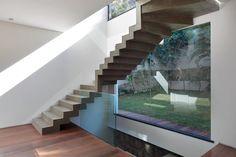 Escada em concreto aparente: Corredores, halls e escadas minimalistas por House in Rio