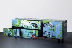 Os móveis do projeto Street Capture que transforma a madeira que foi pintada por grafiteiros anônimos em mobiliário contemporâneo.