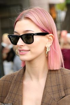 Hailey Baldwin flaunts new pink 'do as she goes out with Justin Bieber - Pretty in pink: The model dyed her hair a punk-y pink before meeting up with h… - Rose Pink Hair, Pink Hair Dye, Pastel Pink Hair, Hair Color Pink, Purple Hair, Dyed Hair, Pink Short Hair, Pink Hair Tips, Two Color Hair
