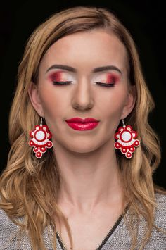 Piros-fehér sujtás zsinór-ból készült fülbevaló fehér akril kővel. Különleges, sujtás (kézi varrás) technikával készült, saját tervezésű piros sujtás zsinór fülbevaló Ez a gyönyörű piros sujtás zsinór fülbevaló azoknak a nőknek készült, akik értékelik az egyediséget és a stílust. Nagyszerű választás lehet bármilyen alkalomra. Egy egyszerű szabású ruhához épp úgy passzol mint egy díszesebb feltűnőbb öltözékhez. Ha egyedi ékszert szeretnél ajándékozni, kitűnő választás! Kérésre hozzá illő…