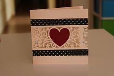 Tarjeta corazón central 13x13 cm 185g Color crema, rojo oscuro  Washi tape negro con lunares blancos Adhesivos diamantes  (Colores personalizados)