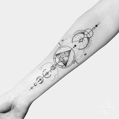 Inspirierende geometrische Tattoo Designs Ideen - Tattoos - - DIY And Craft Form Tattoo, Shape Tattoo, Body Art Tattoos, New Tattoos, Cool Tattoos, Gemini Tattoos, Trendy Tattoos, Small Tattoos, Piercing Snug