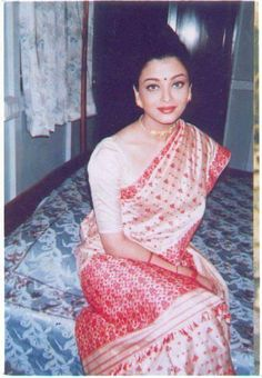 In 1995 Aishwariya Rai was seen in Assamese ethnic wear at Dibrugarh circuit house. She was there to promote Assam Silk. She looks so beautiful Aishwarya Rai Pictures, Aishwarya Rai Photo, Actress Aishwarya Rai, Aishwarya Rai Bachchan, Bollywood Actress, Most Beautiful Indian Actress, Most Beautiful Women, Assam Silk Saree, Silk Sarees