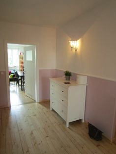 super flur oben unten nicht rosa, taupe oder grau Great hallway at the top below not pink, taupe or Apartment Inspiration, Room Inspiration, Baby Room Design, Wall Design, Maila, First Apartment, Unwanted Hair, Grey Flooring, Baby Bedroom