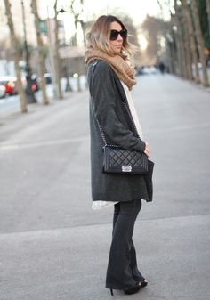 NOT TOO FLARED | EASY CASUAL DAY - Mes Voyages à Paris flared jeans fashion blogger spanish fashion blogger Boy Chanel bag