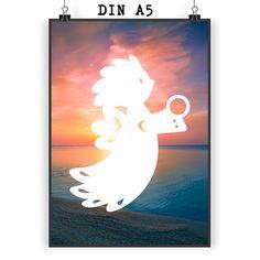 """Poster DIN A5 Sauseengel aus Papier 160 Gramm  weiß - Das Original von Mr. & Mrs. Panda.  Jedes wunderschöne Motiv auf unseren Postern aus dem Hause Mr. & Mrs. Panda wird mit viel Liebe von Mrs. Panda handgezeichnet und entworfen.  Unsere Poster werden mit sehr hochwertigen Tinten gedruckt und sind 40 Jahre UV-Lichtbeständig und auch für Kinderzimmer absolut unbedenklich. Dein Poster wird sicher verpackt per Post geliefert.    Über unser Motiv Sauseengel  Das Wort """"Engel"""" bedeutet Bote/als…"""