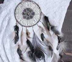 Esprit des Bois . Attrape-rêves noir rose et beige plumes de paon crâne de cerf et minéraux .