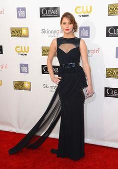 Jennifer Lawrence. Con un precioso vestido negro con los tirantes de cuero dePrabal Gurung Pre-Fall 2013. El clutch es de Roger Vivier.