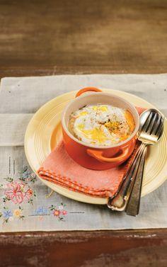 Cocotte de cogumelos. Essa receita prova que cozinhar para você mesmo pode ser bem mais simples do que se imagina. As quantidades são pensadas para uma porção, o preparo não suja a cozinha e a refeição fica pronta em menos de 5 minutos. Ah, e a cocotte é deliciosa!