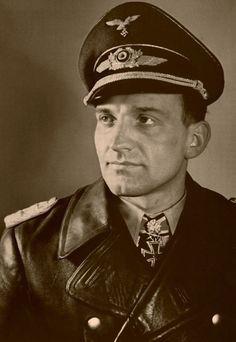 Oberst Hans-Ulrich Rudel (1916 - 1982) - hoechstdekorierter Luftwaffenflieger der Nazi-Wehrmacht (Ritterkreuz des Eisernen Kreuzes mit Goldenem Eichenlaub, Schwertern und Brillanten)