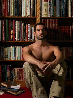 Read for God's sake ladies Hot Guys Smoking, Men Smoking, Hot Men, Sexy Men, Sexy Guys, Toms, Lucifer Serie, Tom Ellis Lucifer, Guys Read