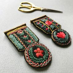 Brooch reference picture to show students Textile Jewelry, Fabric Jewelry, Beaded Jewelry, Jewellery, Modern Embroidery, Embroidery Art, Cross Stitch Embroidery, Brooches Handmade, Handmade Jewelry