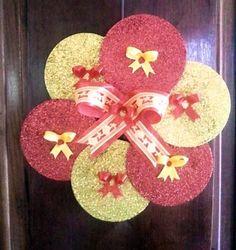 CDs reciclados em guirlanda de natal Christmas Tree Design, Christmas Makes, Christmas Art, Christmas Wreaths, Christmas Decorations, Xmas, Cd Crafts, Diy And Crafts, Arts And Crafts