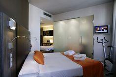 Habitación Triple // Triple Room. Las habitaciones triples del Hotel Petit Palace Santa Cruz tienen capacidad para alojar a 3 personas con comodidad y ofrecen todos los servicios propios de Petit Palace Hoteles: camas twin/matrimonio y supletoria, ordenador, wifi gratis, baño hidromasaje... Perfectas para compartir.