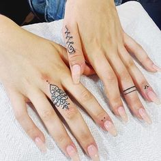 Finger tattoos could be one of the most stunning and concise tattoo designs, conveying meaning and indicating in a tiny package. Finger Tattoo Designs, Henna Finger Tattoo, Turtle Tattoo Designs, Finger Tattoo For Women, Small Finger Tattoos, Finger Tats, Arm Tattoos For Guys, Forearm Tattoo Men, Trendy Tattoos