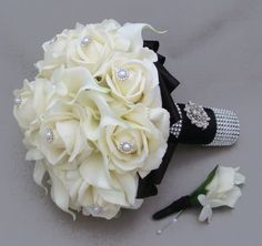 Black and White wedding bouquet. Love it !
