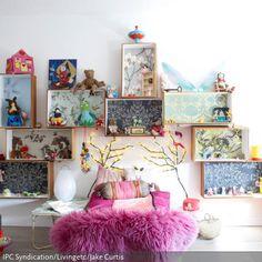 Die Gestaltung von diesem Kinderzimmer ist eine Mischung aus Regalsystem für Kinder und Puppenhaus, wo jedes Spielzeug sein Plätzchen findet. Die Rücken der Kisten…