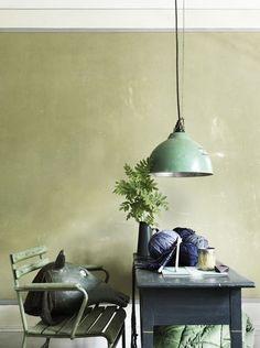 décoration intérieure en vert tilleul, amande et gris - pin maudjesstyling - what do you see on the chair? haha