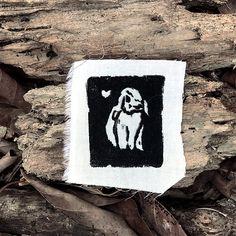 Eine Hand gezeichnete Linolschnitt auf leichter Stoff übertragen. Maße: 3 x 5